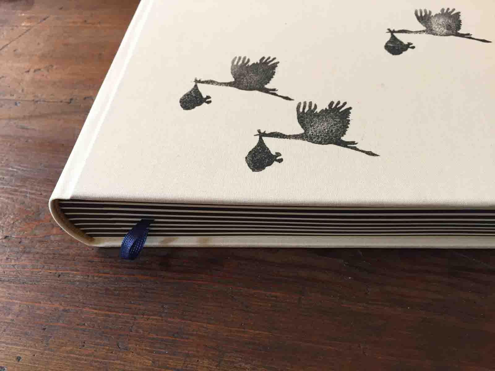 Fotoalbum mit Schreibseiten, Storchenmotiv zur Geburt, in Deutschland handbedruckt und gebunden